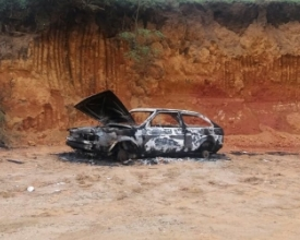 Carro furtado é incendiado no Alto do Catete
