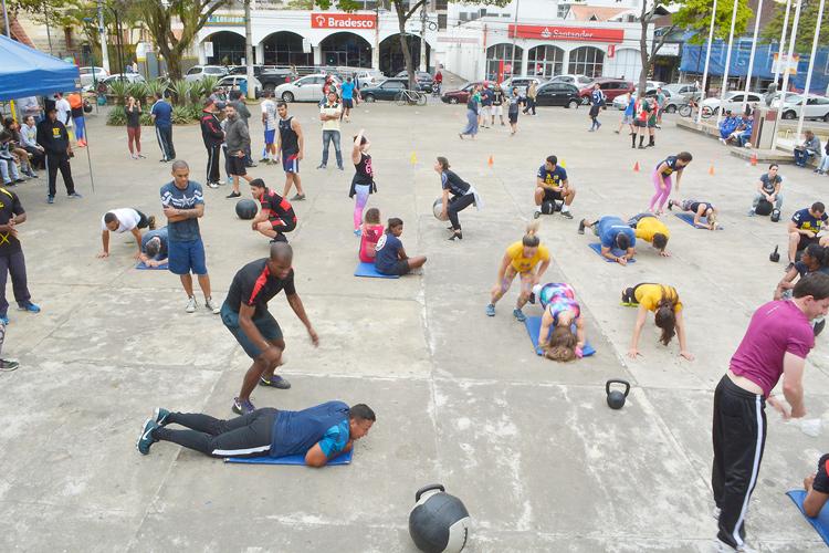 Dezenas de pessoas se exercitam na praça (Foto: Henrique Pinheiro)