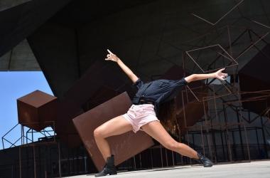 A coreografia valoriza no palco a mistura de encenação, dança e cinema, desafiando os intérpretes a construir um espetáculo sem volta (Fotos: Carolina Liano)
