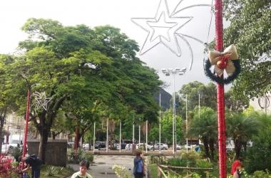 A decoração natalina da Praça Dermeval Barbosa Moreira (Foto: Fernando Moreira)