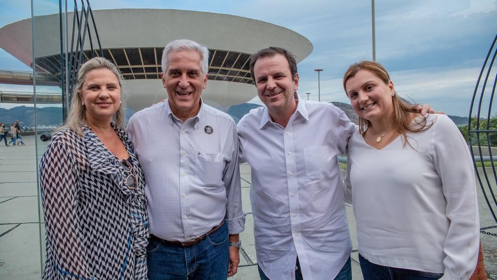 Comte e Paes com suas esposas, Magda e Cristine, no MAC de Niterói (Divulgação)