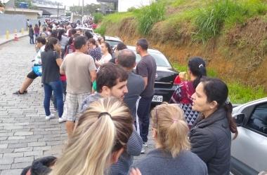 Clientes fazem fila, junto com os carros, nas primeiras horas da manhã (Foto de leitor)