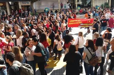 O ato em frente à Prefeitura (Fotos: Fernando Moreira)