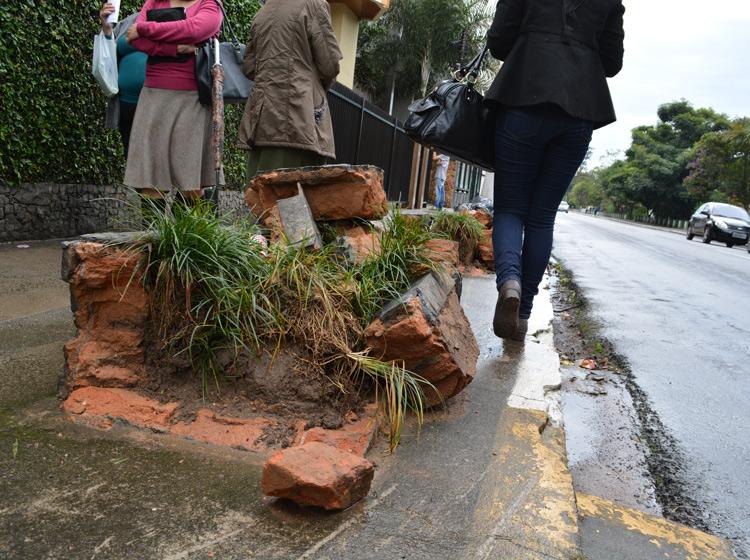 Marcas do acidente ocorrido na semana passada na Avenida Galdino do Valle Filho (Foto: Lúcio Cesar Pereira)