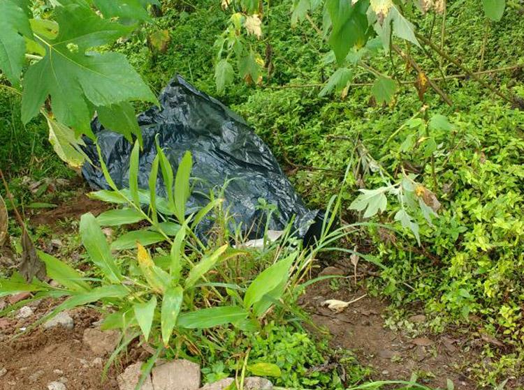 O corpo foi encontrado em uma mata, em Olaria (Foto: Leitor via WhatsApp)
