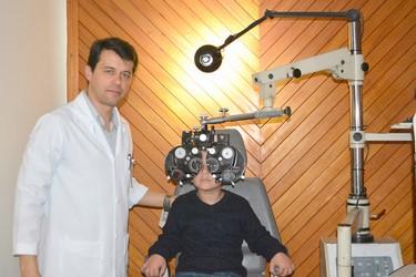 O oftalmologista Alexandre Alvarez examina uma das crianças (Arquivo AVS)