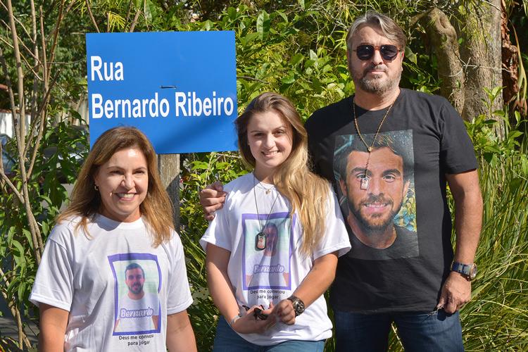A família de Bernardo junto à placa em homenagem ao atleta (Foto: Henrique Pinheiro)