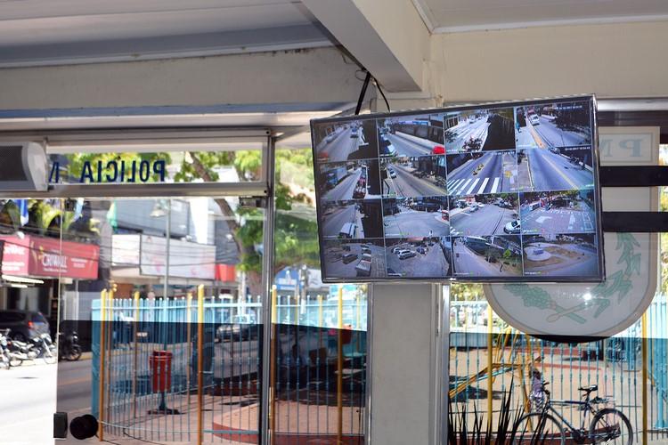 A central de monitoramento dentro do posto da PM (Foto: Henrique Pinheiro)