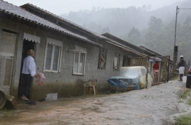 As casas inacabadas que foram ocupadas por famílias (Fotos: Henrique Pinheiro)