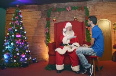 O jornalista Alerrandre Barros conversa com Papai Noel (Foto: Henrique Pinheiro)