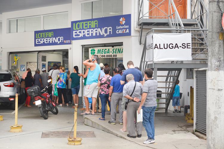 Fila na lotérica da Francisco Mieli (Foto: Henrique Pinheiro)