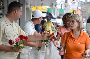 Agentes de trânsito entregam rosas a mulheres em Friburgo (Foto: Henrique Pinheiro)