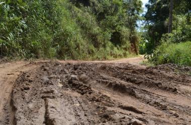 A Estrada Velha de Ampáro enlameada (Arquivo AVS)