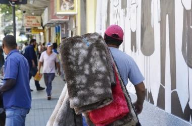 Vendedor de tapetes anda pelas calçadas (Fotos: Henrique Pinheiro)
