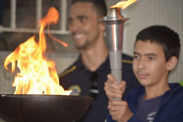 Estudante acende a tocha das primeiras Olimpíadas Especiais de Nova Friburgo (Fotos: Leo Arturius)
