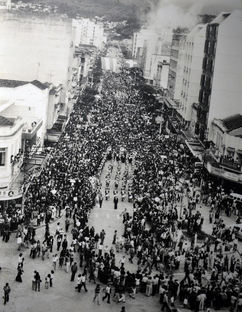 O desfile fotografado pelo extinto jornal Correio Friburguense (Arquivo Fundação D. João VI)