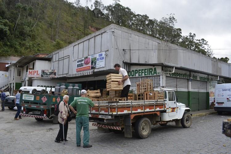 Caminhão descarrega na feira da Vila Amélia (Fotos: Henrique Pinheiro)