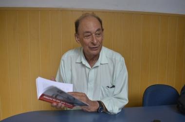 Doutor Carim e seu primeiro livro (Foto: Henrique Pinheiro)