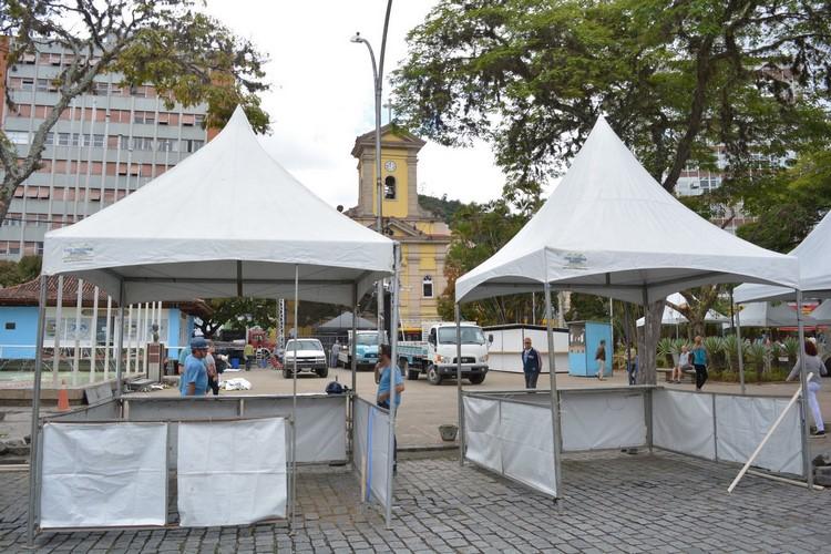 As barracas sendo montadas em frente à igreja (Fotos: Henrique Pinheiro)