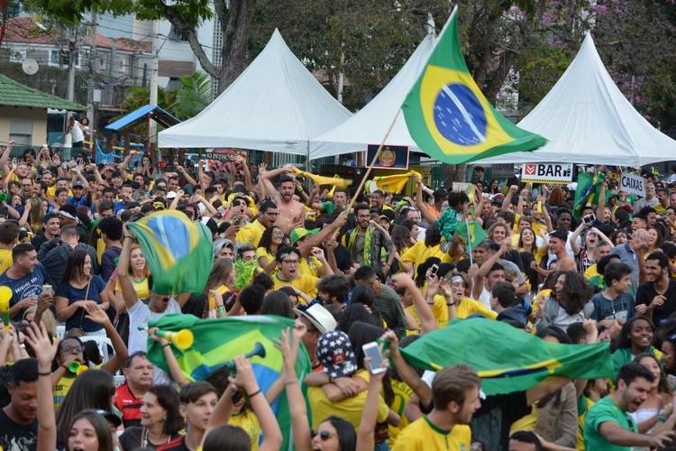A Praça do Suspiro lotada de torcedores durante o jogo desta sexta (Fotos: Henrique Pinheiro)