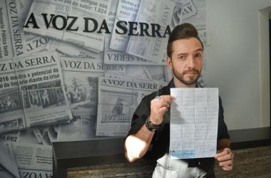 Gustavo Vierini com suas previsões registradas em carta carimbada no cartório, em 8 de junho (Fotos: Henrique Pinheiro)
