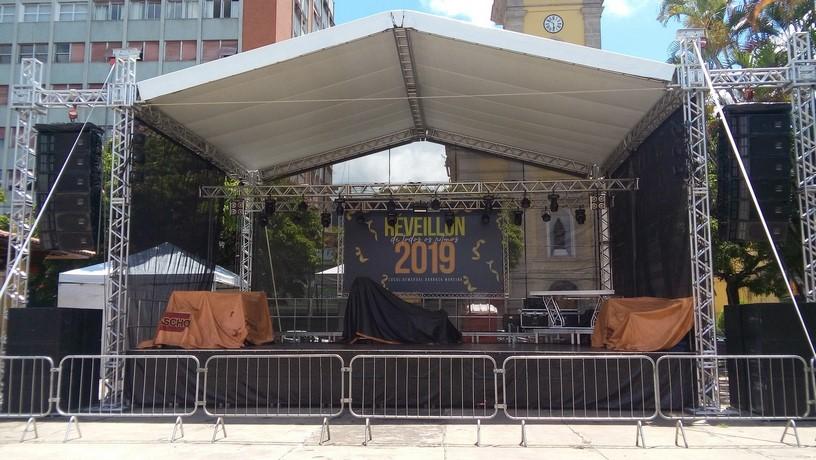 O palco montado na Praça Dermeval Barbosa Moreira (Fotos: Paula Valviesse)