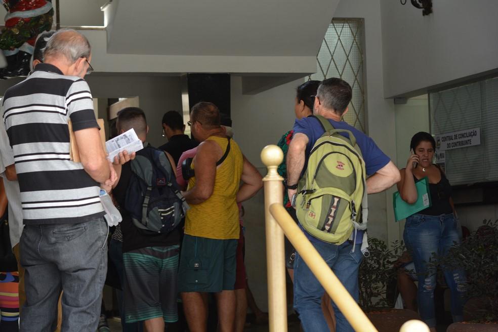 Fila na prefeitura para a obtenção de informações sobre o IPTU (Foto: Henrique Pinheiro)