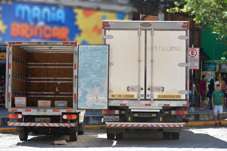 Caminhões operam na Alberto Braune no novo horário (Fotos: Henrique Pinheiro)