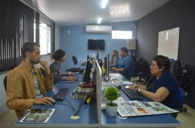 A redação de A VOZ DA SERRA (Fotos: Henrique Pinheiro)