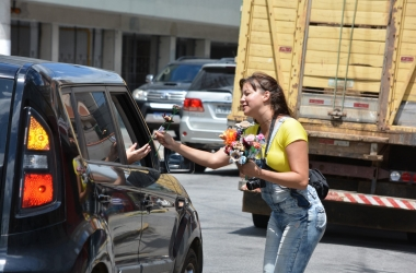 Entrega de flores no Paissandu no Dia das Mulheres (Fotos: Henrique Pinheiro)