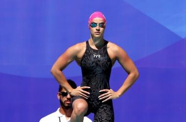Jhennifer se prepara para entrar na piscina: mais uma marca batida