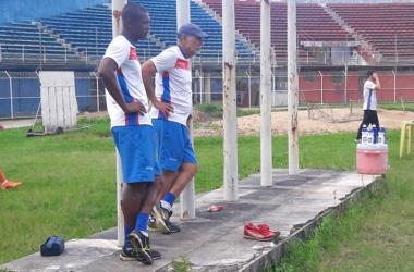 Sérgio Gomes e Andreotti acompanham os treinos: período mais curto, porém com jogadores em atividade