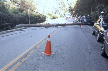 Motorista perde o controle da direção e derruba poste em estrada