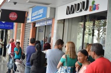 Fila na lotérica da Rua Ernesto Brasílio na tarde desta terça (Foto: Henrique Pinheiro)