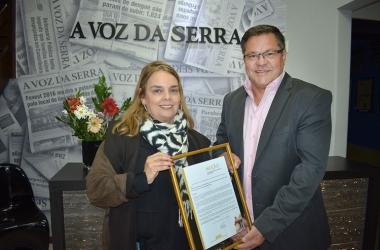 A diretora do AVS, Adriana Ventura, recebe a homenagem do deputado Sérgio Louback (Fotos: Henrique Pinheiro)
