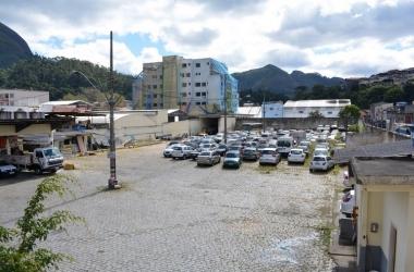 O pátio da Smomu, em Olaria: plantão no fim de semana só para receber veículos rebocados (Fotos: Henrique Pinheiro)