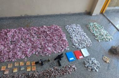 Depois de apreendida, toda a carga de drogas e as armas foram periciadas no Posto Regional de Polícia Técnica e Científica (Foto: 11 BPM)