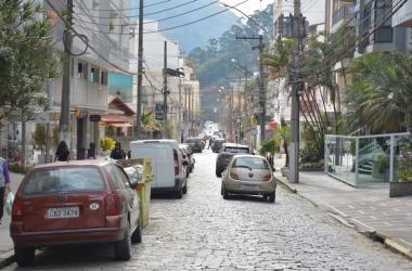 A Rua Augusto Spinelli, hoje em sentido único no trecho entre a Monte Líbano e a Farinha Filho (Foto: Henrique Pinheiro)