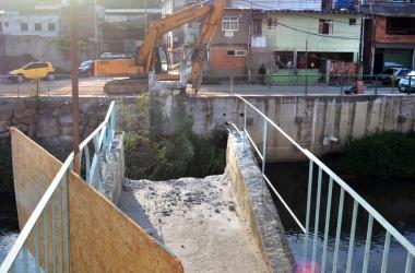 A estrutura de concreto sendo removida nesta quarta (Fotos: Henrique Pinheiro)