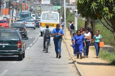 Os pedestres caminham pela pista (Fotos: Henrique Pinheiro)