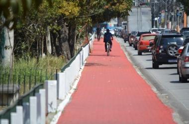 A via compartiljada com nova pintura (Foto: Henrique Pinheiro)