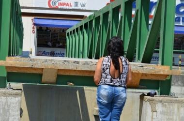Pedestre olha para a estrutura alta (Fotos: Henrique Pinheiro)