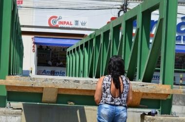 Uma das pontes já instalada, desnivelada da rua (Arquivo AVS/ Henrique Pinheiro)