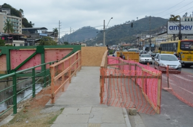 A rampa ocupando toda a calçada (Fotos: Henrique Pinheiro)