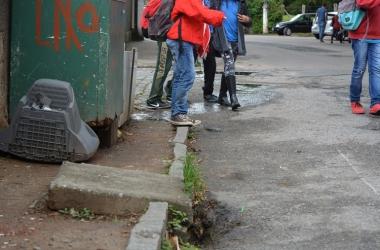 Muitos obstáculos no caminho de quem passa a pé pela RJ-150 (Fotos: Henrique Pinheiro)