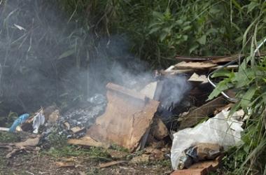 O lixo queimando (Foto: Henrique Pinheiro)