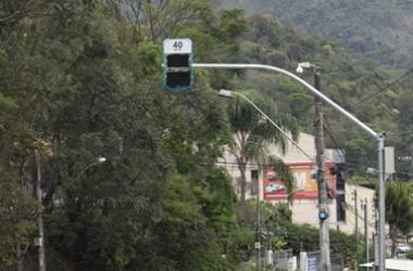 O radar no Viaduto Geremias de Mattos Fontes (Fotos: Henrique Pinheiro)