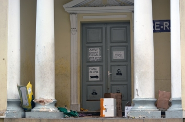 Objetos deixados por moradores de rua na porta do TRE, onde costumam passar a noite (Fotos: Henrique Pinheiro)