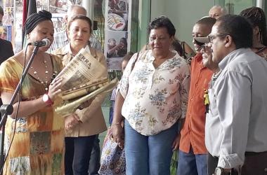 Exemplares antigos de A VOZ DA SERRA são distribuídos durante a cerimônia pelo Dia da Consciência Negra na Praça das Colônias (Foto: Henrique Pinheiro)