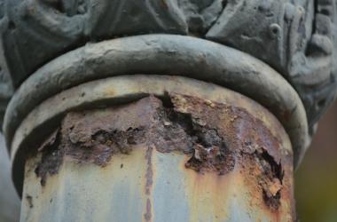 O poste enferrujado na Praça Getúlio vargas (Fotos: Henrique Pinheiro)
